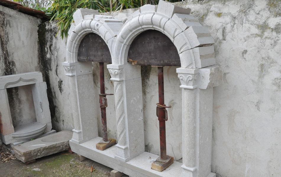 Fenêtre romane en pierre de Comblanchien - Voute en plein cintre - Bourgogne sculpture