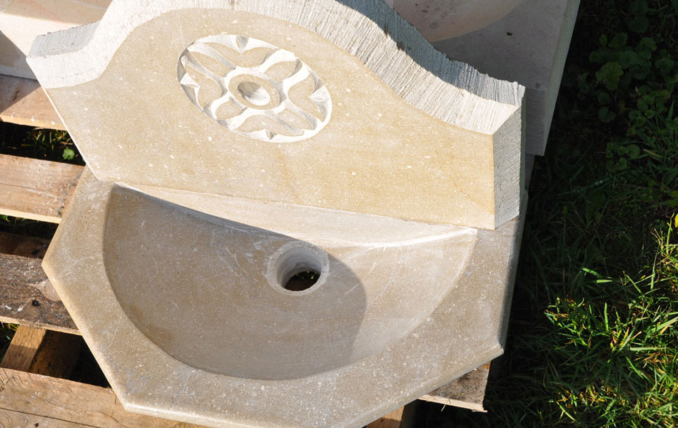 Bénitier en pierre de Buxy - Bourgogne sculpture