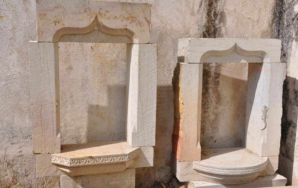 Fenêtre gothique en pierre de Buxy - Arc en accolade - Bourgogne sculpture