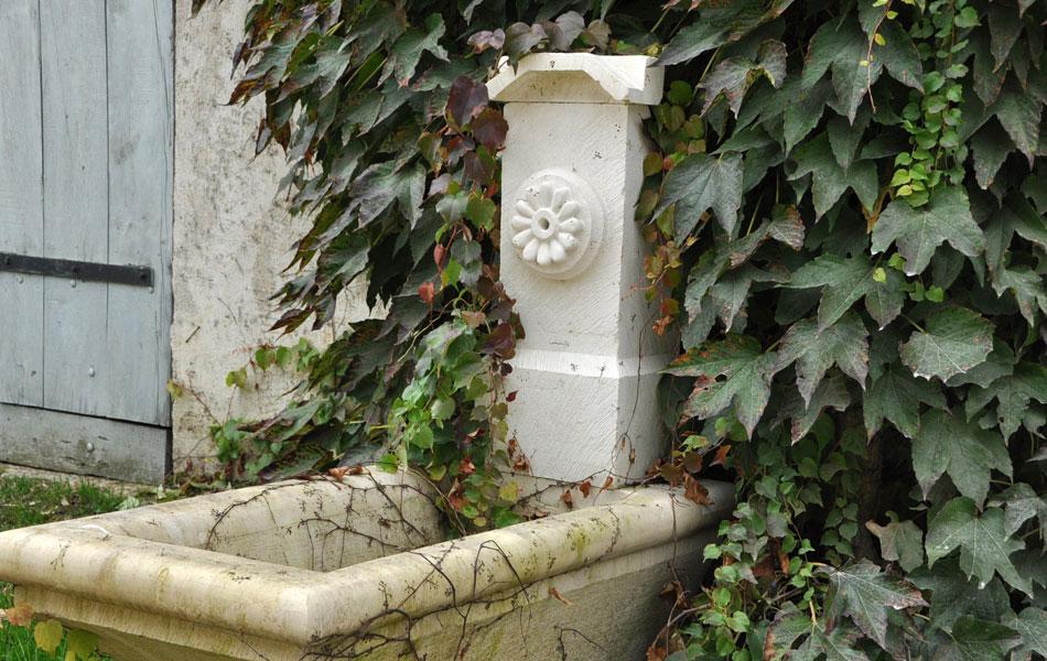 Fontaine en pierre de Massangis - Bourgogne sculpture