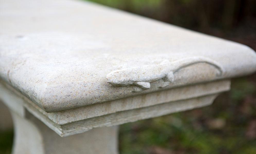 Lézard sur banc en pierre - Bourgogne sculpture