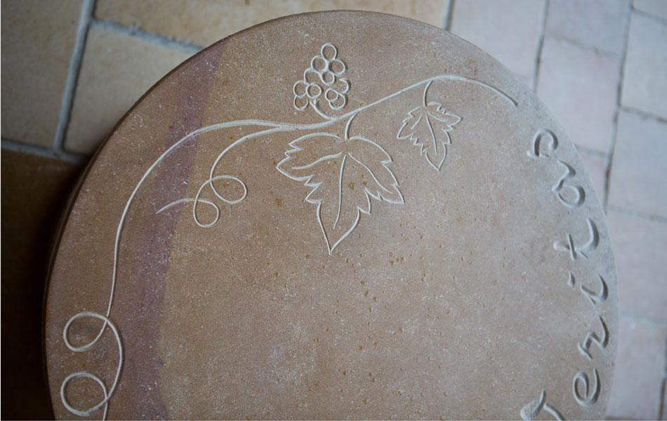Table gravée en pierre de Buxy - Bourgogne sculpture
