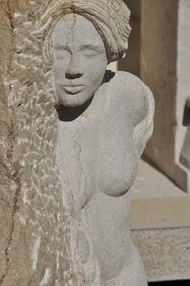 nu feminin en pierre