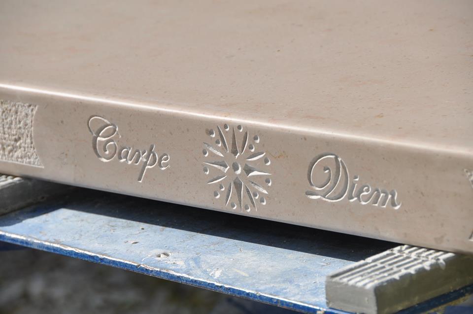 Gravure sur bar en pierre de Comblanchien