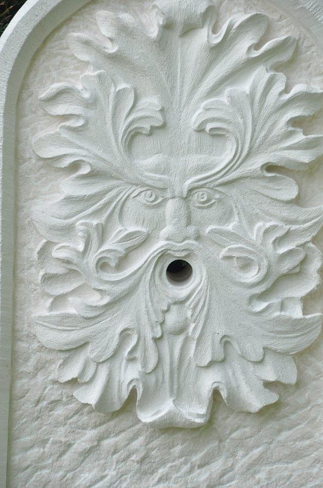 Mascaron sur fontaine en pierre de Lens