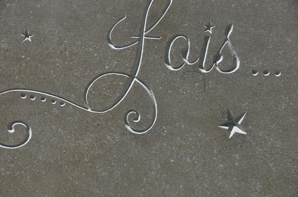 Gravure sur fontaine en pierre de Buxy