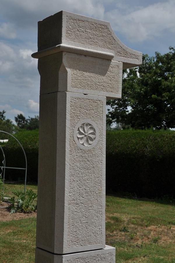 Détail d'un pilier en pierre de Comblanchien